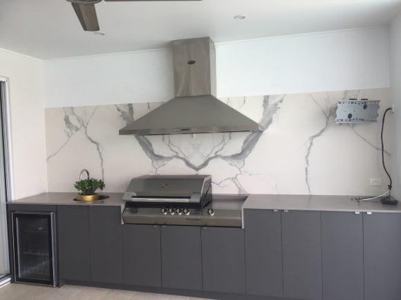 Caesarstone Sleek Concrete benchtops with Quantum 6 porcelain Calacutta splash back